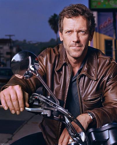 Hugh Laurie aftride yon hoggie