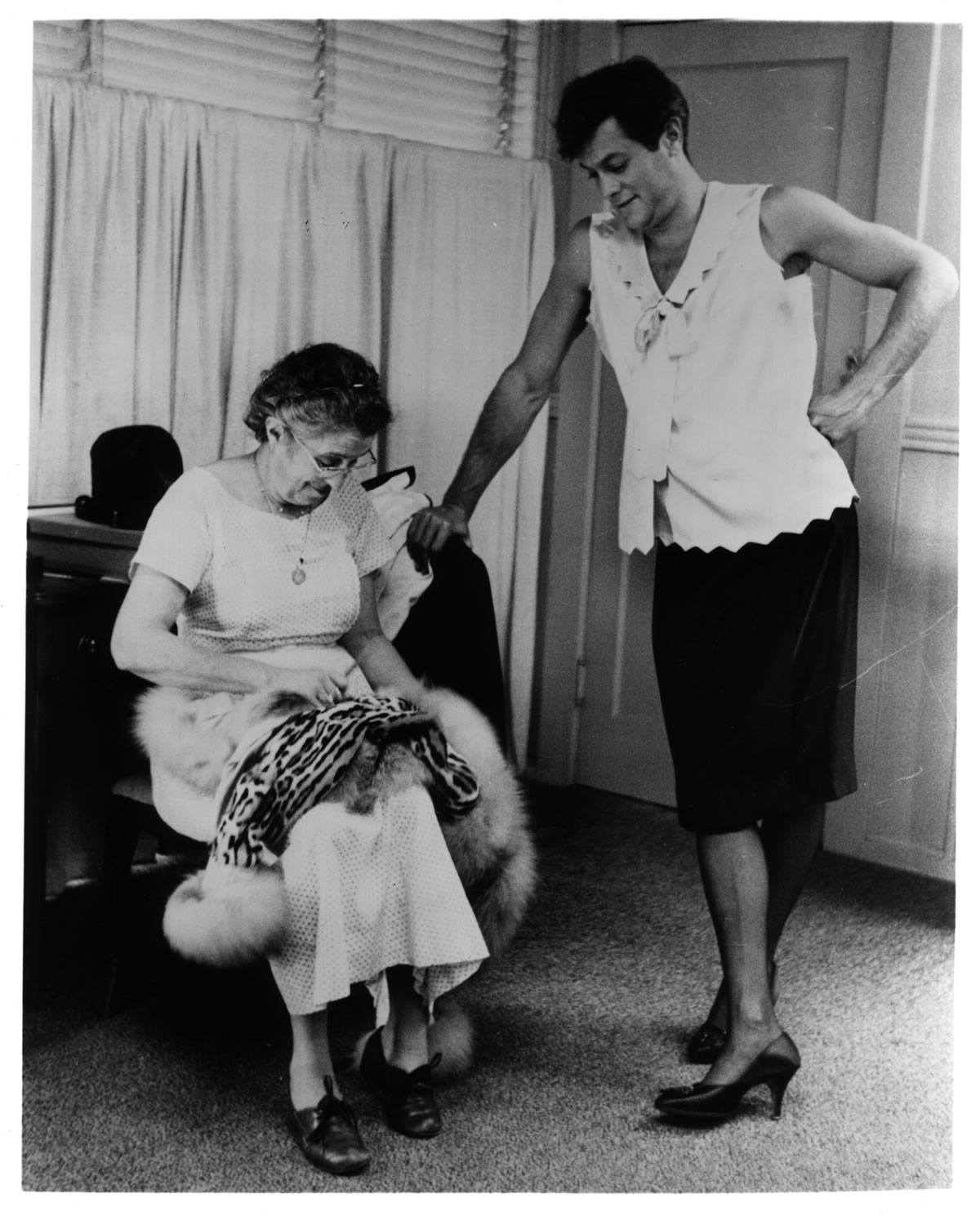 Tony Curtis with seamstress
