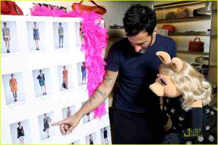 Marc Jacobs picks out clothes for Miss Piggy